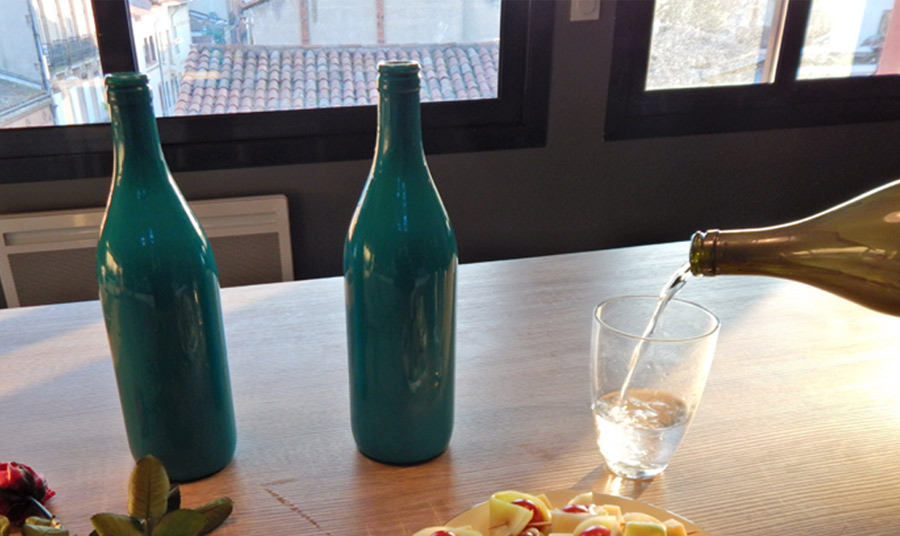 vase d coratif avec des bouteilles en verre. Black Bedroom Furniture Sets. Home Design Ideas